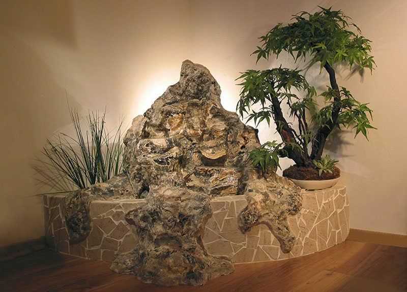 Fontána v interiéri s bonsaiom