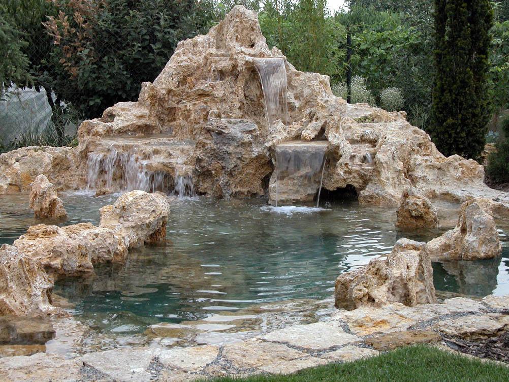 Kameň v záhrade - vodopád